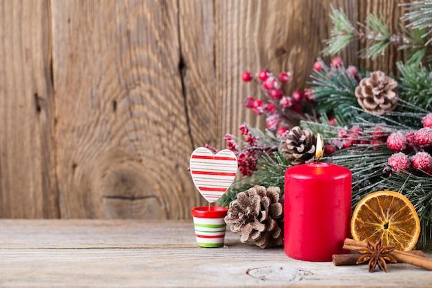 Weihnachtsgrußkarte. festliche dekoration auf hölzernem hintergrund. neujahrskonzept. speicherplatz kopieren. flach liegen. draufsicht.