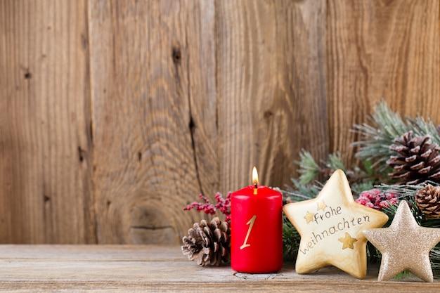 Weihnachtsgrußkarte. festliche dekoration auf hölzernem hintergrund.