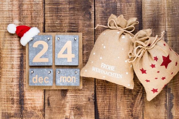 Weihnachtsgrußkarte. festliche dekoration auf holz.
