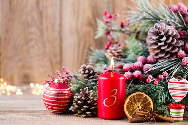 Weihnachtsgrußkarte. festliche dekoration auf holzuntergrund. konzept des neuen jahres. platz kopieren. flach liegen. ansicht von oben.