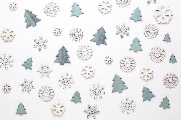 Weihnachtsgrußkarte. festliche dekoration auf weißem holzhintergrund. neujahrskonzept. flach liegen. draufsicht.