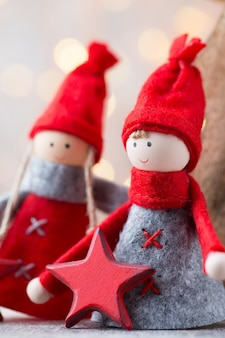 Weihnachtsgrußkarte. gnome festlicher hintergrund. neujahrssymbol.