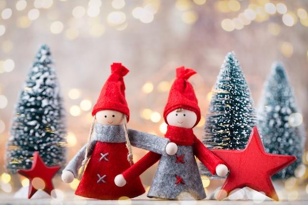 Weihnachtsgrußkarte. gnome festlicher hintergrund. neujahrssymbol. Premium Fotos