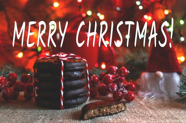 Weihnachtsgrußkarte im hygge-stil mit der aufschrift merry christmas chocolate cookies und gnome