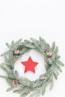Weihnachtsgrußkarte. kranzdekoration auf weißer holzoberfläche. neujahrskonzept. speicherplatz kopieren. flach liegen. draufsicht.