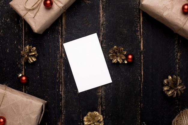 Weihnachtsgrußkarte mit dekoration des neuen jahres auf holzoberfläche