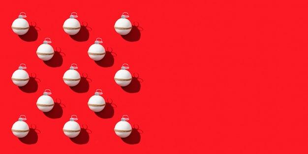 Weihnachtsgrußkarte mit geometrischem muster von weißen kugeln auf rotem papier.
