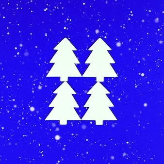 Weihnachtsgrußkarte mit handgemachtem weißen weihnachtsbaum auf blauem hintergrund schnee fällt