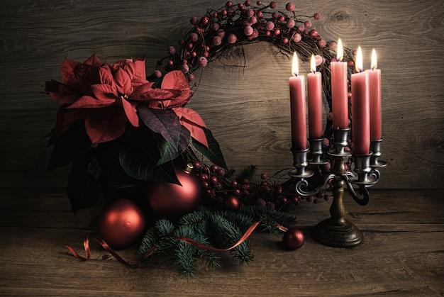 Weihnachtsgrußkarte mit kranz, poinsettia und weihnachtsbaum auf holz