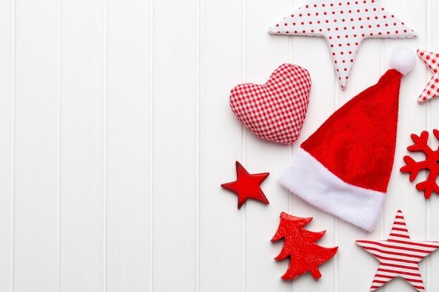 Weihnachtsgrußkarte mit rustikalen weihnachtsdekorationen.