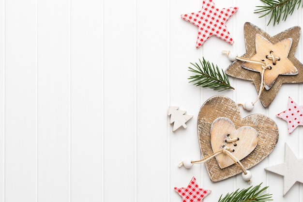 Weihnachtsgrußkarte mit rustikalen weihnachtsdekorationen