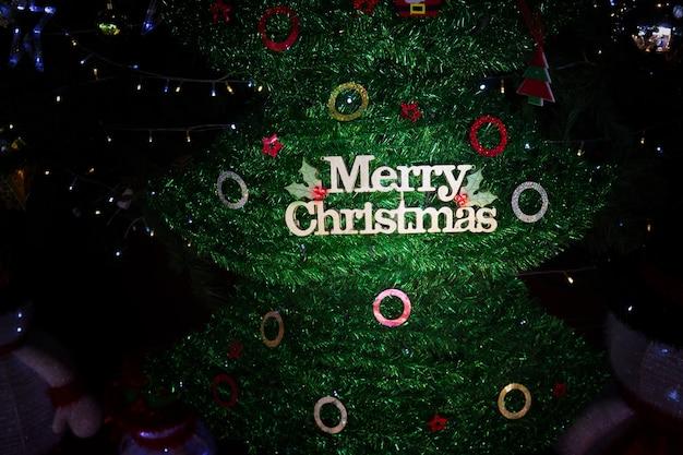 Weihnachtsgrußkarte mit weihnachtsbaum und dekoration mit text frohe weihnachten tex.