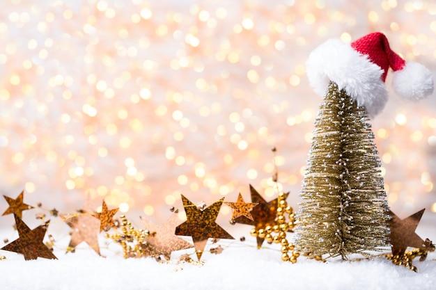 Weihnachtsgrußkarte mit weihnachtsgolddekorationen
