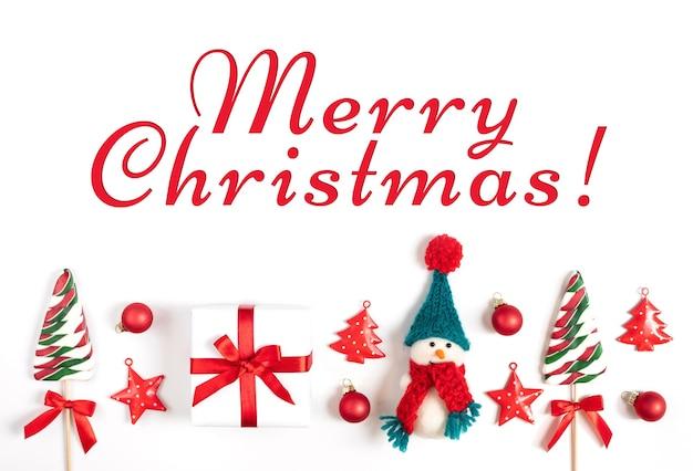 Weihnachtsgrußkarte mit weihnachtsschmuck auf weißem hintergrund.