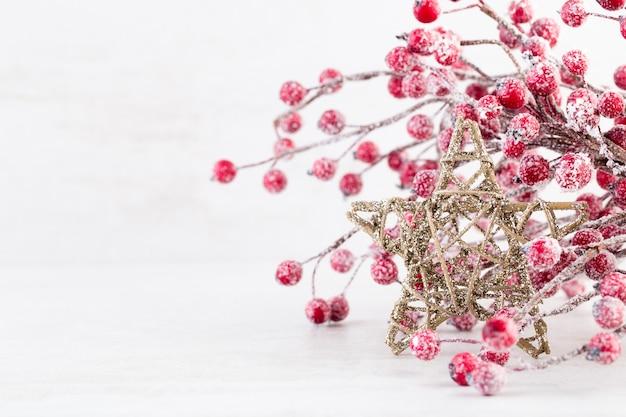 Weihnachtsgrußkarte. weihnachtsbaumzweig auf glitzerndem goldenem bokeh beleuchtet hintergrund. neujahrskonzept. speicherplatz kopieren. Premium Fotos
