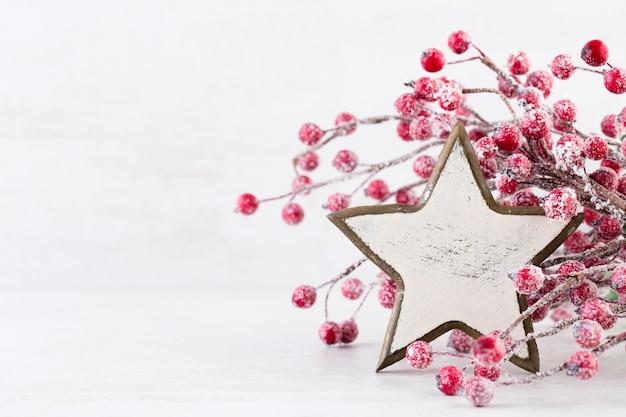 Weihnachtsgrußkarte. weihnachtsbaumzweig auf glitzerndem goldenem bokeh beleuchtet hintergrund. neujahrskonzept. speicherplatz kopieren.