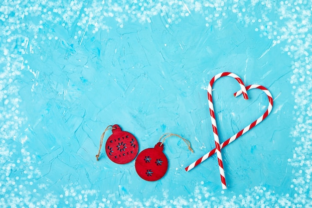 Weihnachtsgrußkarte. weihnachtsdekoration auf blauem copyspace, draufsicht.