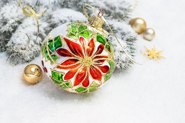 Weihnachtsgrußkarte. weihnachtsflitter, niederlassungen des weihnachtsbaums auf schnee