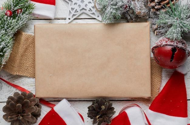 Weihnachtsgrußkartenbuchstabe auf bastelpapierumschlag mit pelzbaumzweigen