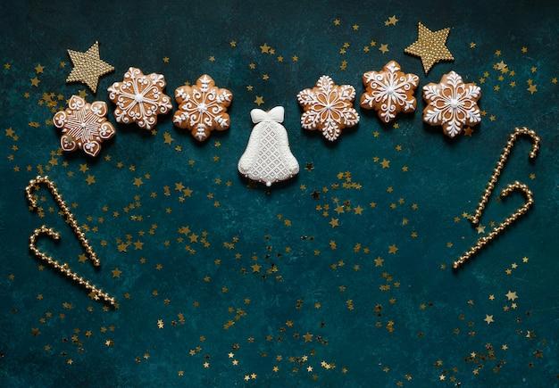 Weihnachtsgrußrahmen - muster von lebkuchenplätzchen, von schneeflocken und von weihnachtsdekor