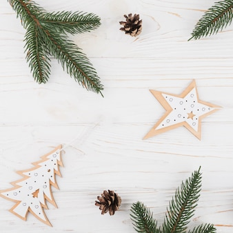 Weihnachtshandgemachte verzierungen mit tannenzweig