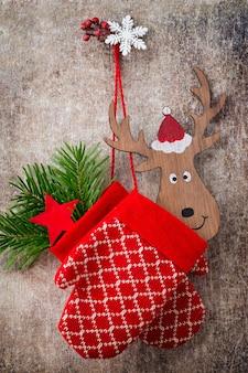 Weihnachtshandschuhe auf der geschenkkarte aus holz.