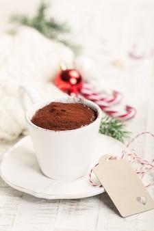 Weihnachtsheiße schokolade mit kakao und zuckerstange, nahaufnahme, getont
