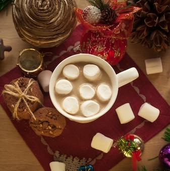 Weihnachtsheißgetränk mit leckeren keksen hausgemachte schokoladenkekse mit einer tasse kakao und marshmallow
