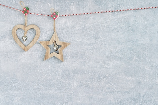 Weihnachtsherz und -dekoration auf grau. kopieren sie platz