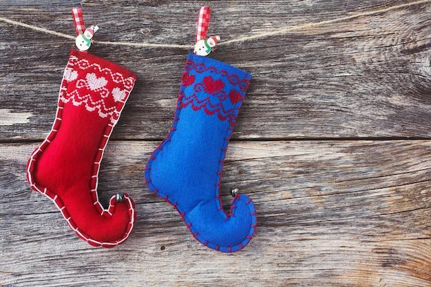 Weihnachtshintergrund. alter hölzerner hintergrund und weihnachtssocken. getönt