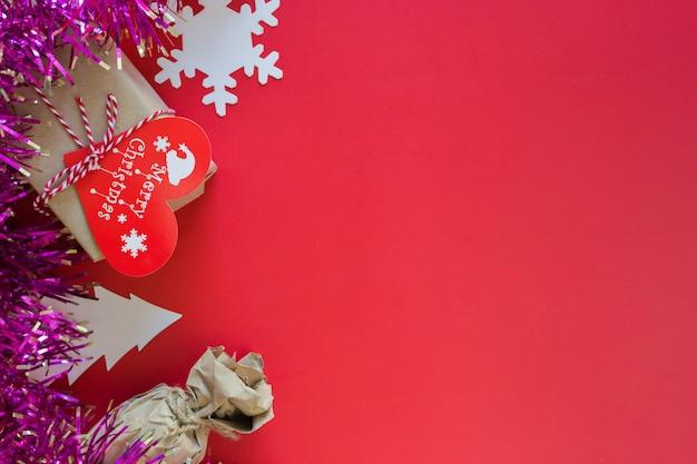Weihnachtshintergrund auf rotem, schönem feierlichem weihnachtshintergrund