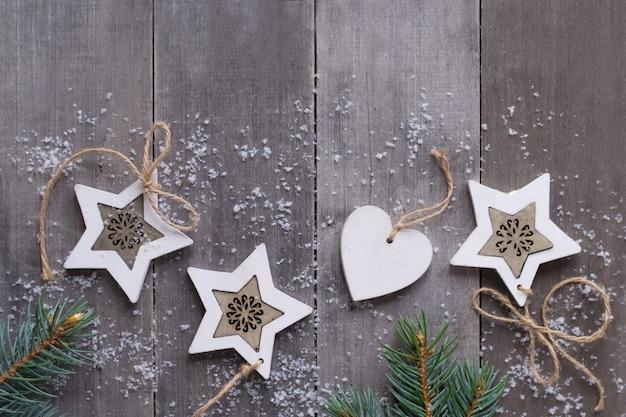 Weihnachtshintergrund, dekorationen auf holzschreibtisch, flacher laienstil