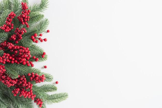 Weihnachtshintergrund-dekorationskonzept auf weiß