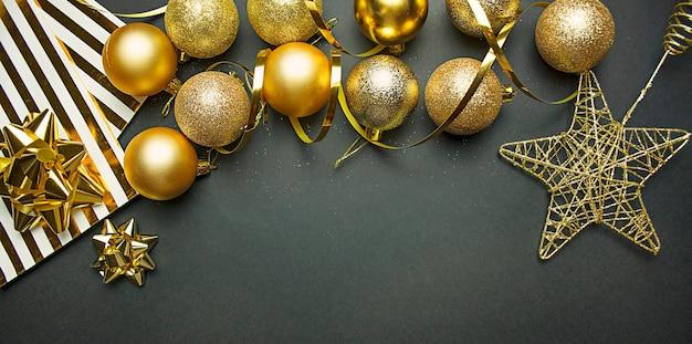 Weihnachtshintergrund der goldenen kugeln, streamer. neujahrskomposition. speicherplatz kopieren.