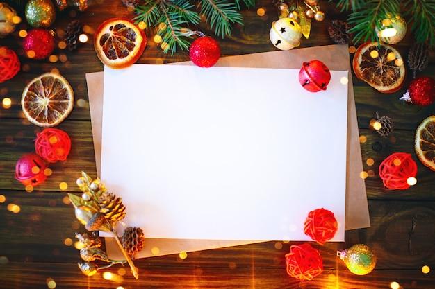 Weihnachtshintergrund, eine tabelle verziert mit weihnachtsgirlande und tannenzweige mit neujahr und weihnachten.