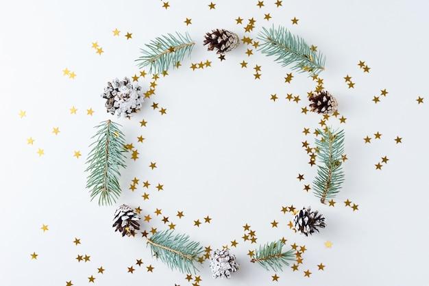 Weihnachtshintergrund gemacht von den kiefernkegeln und vom tannenbaum