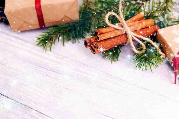 Weihnachtshintergrund-grün-dekorative tannenzweige stellt hölzernen hintergrund dar