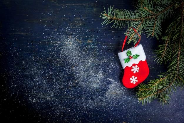 Weihnachtshintergrund: holztisch mit dekorationen