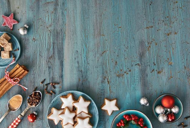 Weihnachtshintergrund in rot und weiß auf rustikalem türkisholz