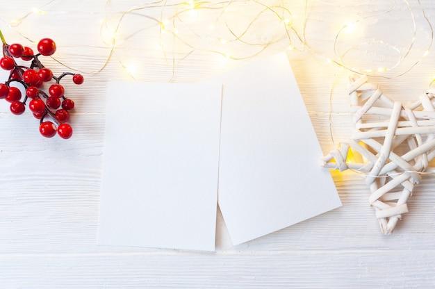 Weihnachtshintergrund kraftblatt papier mit platz für ihren text und weißen weihnachtsstern holzhintergrund.