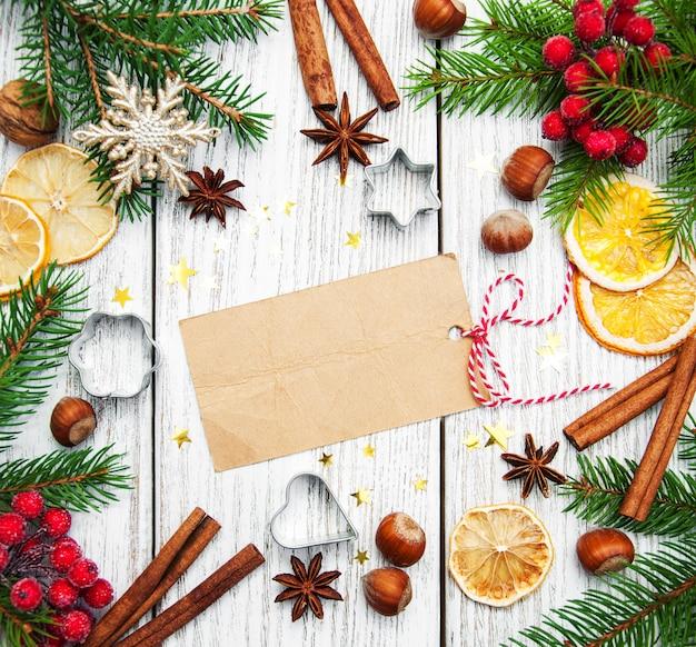 Weihnachtshintergrund, leeres papier mit dekoration