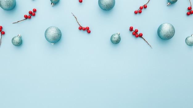 Weihnachtshintergrund mit blauen kugeln und mistel