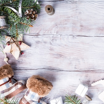 Weihnachtshintergrund mit copyspace auf weißem holz