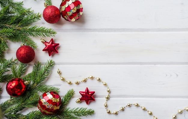 Weihnachtshintergrund mit dekor und tannenzweig