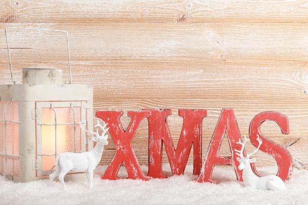 Weihnachtshintergrund mit dekoration und laterne