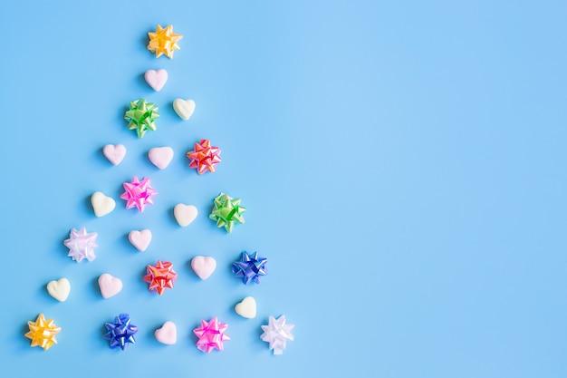 Weihnachtshintergrund mit dekorationen, auf blauem hintergrund. neujahrskonzept.