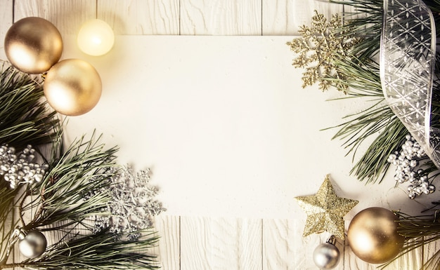 Weihnachtshintergrund mit dekorationen auf hölzernem brett