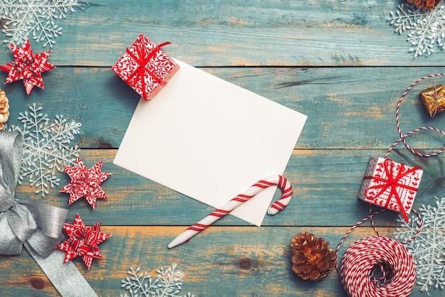 Weihnachtshintergrund mit dekorationen auf hölzernem hintergrund. draufsicht mit kopienraum