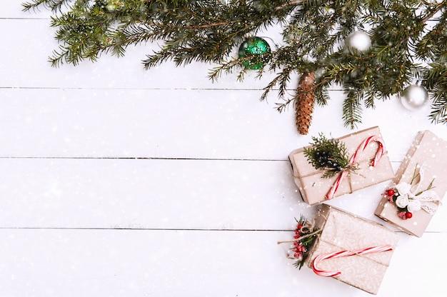 Weihnachtshintergrund mit dekorationen und geschenkboxen auf hölzernem brett