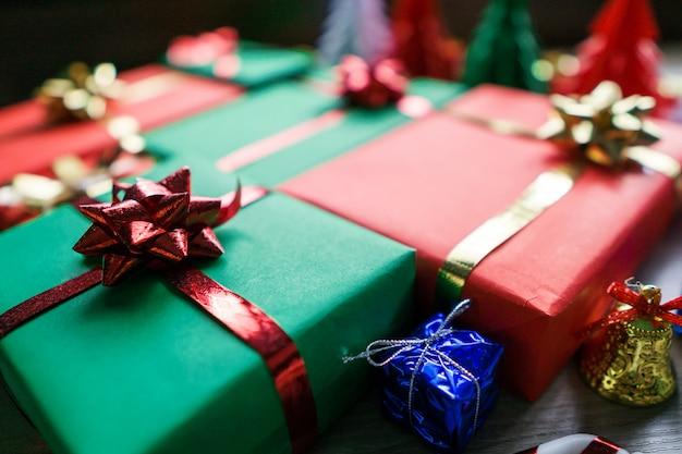Weihnachtshintergrund mit dekorationen und geschenkboxen auf hölzernem hintergrund.
